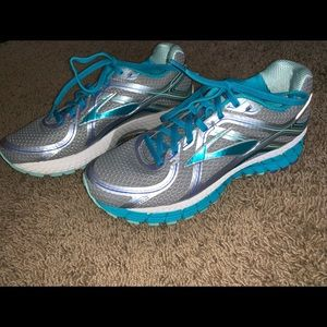 Very lightly used super cute Brooks tennis shoes!